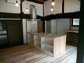 ダイニングキッチン 2 左側収納庫右側勝手口