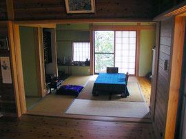 和室 引き戸を壁に収めると居間と一体になる