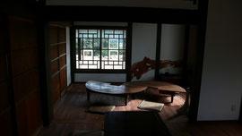 客間6帖 壁、ガラス窓と円卓