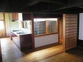 居間より廊下・台所を見る 正面光庭