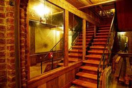 地下1階への階段