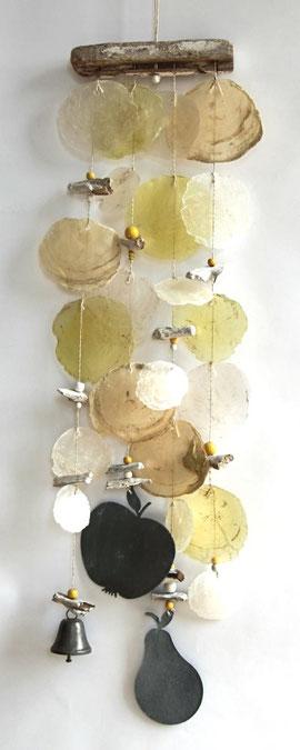 Gartendeko in gelb-weiß mit Metallelementen