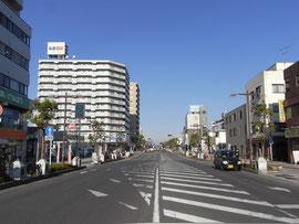 春日部駅ロータリーからつながる直線道路写真