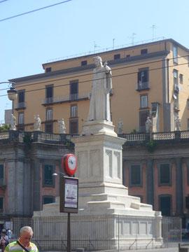 Estatua dedicada a Dante en Nápoles, Italia