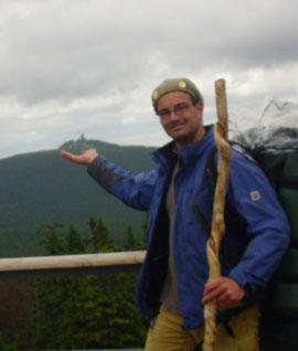 Wanderwart Carsten Kiehne mit Wanderstab