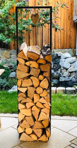 Der Holzstapler Toulouse ist ein echtes minimalistisches Designelement. Er ist aus Metall. Das Stapelholz wird quasi Inszeniert und steht für sich allein. Sowohl im Haus als auch auf der Terrasse für die Feuerschale
