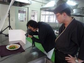 完成した料理をプロのカメラマンが撮影中