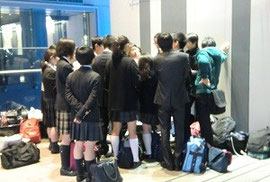 1日目終了後、会場を出てからも相談は続きました。渋谷の商業ビルの前で、欧州グループ