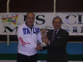 Berselli premiato dal sig. Pino Silvestri del Comitato Provinciale US Acli