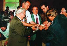Grundsteinlegung am 23. Juni 1995, v.l.n.r: Ehrenvorsitzender Hillburger, Bürgermeister Dr. Bühler, Landrat Filser, 2. Vorstand Wiedemann, 1. Vorstand Baur