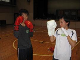 吉田さんと森下さんのファイティングポーズ。