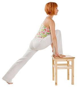 """Die Yogaschule Mathilde Voglreiter bietet dir Yogaübungen auch auf dem Stuhl an. Diese sind für Menschen im Büro, die einfache Übungen für Zwischendurch brauchen und besonders auch für ältere Menschen geeignet. Kurse """"Yoga mit und auf dem Stuhl"""" bieten wi"""