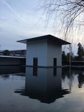水鏡の庭に建つ思索空間棟