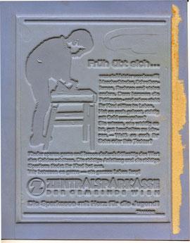 Früh übt sich … was ein Meister werden will, Mascherlbinden, Schreiben-lernen, Rechnen, und vieles andere … Die Sparkasse mit Herz für die Jugend! (Kind bindet Schnürsenkel). Zentralsparkasse Traimer 1966 (um) Klischee
