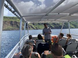 船上で、注意事項と海洋生物の説明