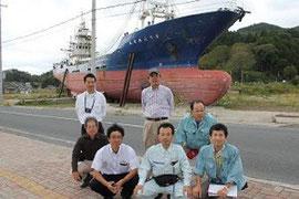 気仙沼市の大型漁船「第十八共徳丸」をバックにして、「視察班」の皆様と一緒に記念撮影(9月27日)