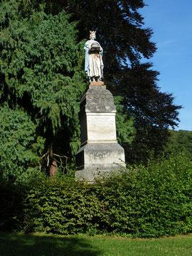 Statue de Saint-Louis (natif, selon certains, de la Neuville-en-Hez) dominant  le site de l'exposition