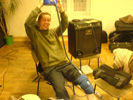 Sänger ist erkältet und Bassist, na seht selbst. Er hängt am Kühlmitteltropf und probt mannhaft im Sitzen. Ist aber, wie ihr auch seht, bester Dinge. Kurz: wir sind trotz Teilinvalidität fleißig am machen und tun und zum nächsten Auftritt alle wieder fit.
