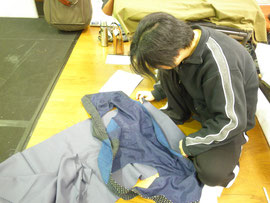 衣装を作るヤマシタさん