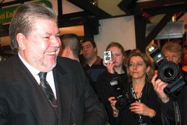 Strahlend lächelnd: Ministerpräsident Kurt Beck und Fotografen. Foto: Helga Karl