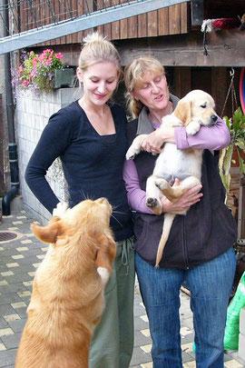 """Sideia, Hanna Lea (jüngere Tochter der Züchter) und Nadine verabschieden sich von Percy """"Blue Boy"""""""