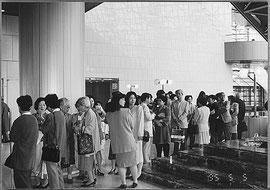 東京芸術劇場 開場を待つ大勢のお客様