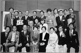 大阪・全日空シェラトンホテルで受賞式      中列左端は佐治敬三サントリー文化財団理事長