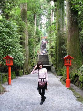 同い年なのに、メチャ若い講師仲間Hさんです。箱根神社参道。。