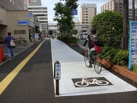 自転車と歩行者をしっかり分割した道路。