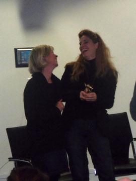 Ministerin Doris Ahnen zusammen mit der Preisträgerin Ursula Poznanski