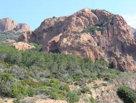 Roches de porphyre rouge. des carrières étaient exploitées jusqu'en 1977
