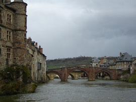 Le Pont Vieux, en grès rose. Auparavant fermé par un pont levis, il supportait trois tours et une vingtaine de boutiques