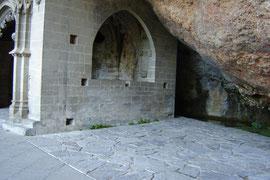 le cloître, coincé entre le gouffre et la falaise, date du XIe siècle.