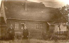 Karl als Kind mit Eltern vor dem Hof