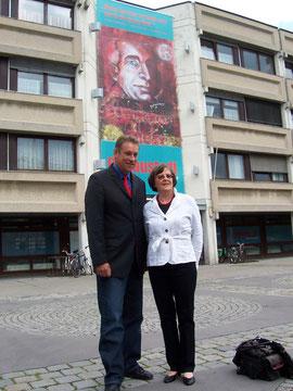 Verhüllung Amtshaus Donaustadt: Bezirksvorsteher Norbert Scheed & Milu Löff-Löffko