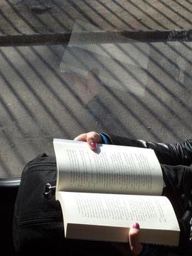 Al leer, el libro que pudiera estar tras rejas, se libera.