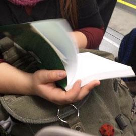 Ella lee casi enajenada; ¿cómo no entenderla si ya quedan poquísimas páginas para terminar de leer su libro?