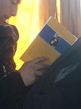 Viajando en bus, la foto es absolutamente espontánea, el libro se refiere a la cultura mapuche, el lector ensimismado, con la punta de la lengua entre los labios y la duda... ¿qué estaría sintiendo en ese preciso momento? Precioso momento