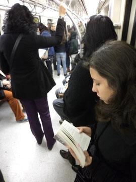 Podrán darnos la espalda a los lectores, pero eso nunca nos hará dejar de leer