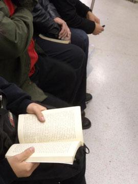 Un libro trabaja, el otro descansa.