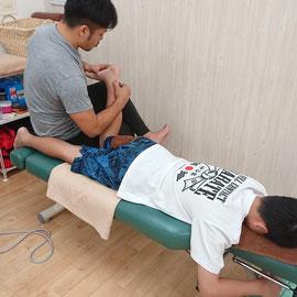 ケガの施術。足関節の捻挫に対し、関節や筋の歪みを整えることで早期回復を促すこともできます。