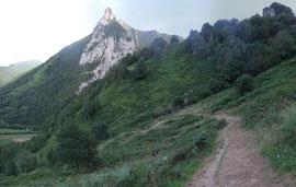 N°28/ La descente vers Esquit sur le Chemin des Artiques d'Anitch : fauchage impeccable jusqu'au pied des falaises