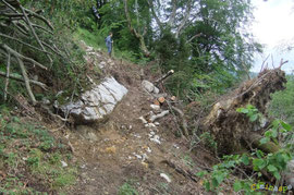 N°7/ Un bloc instable à fixer et un mur de soutenement à recréer pour restaurer cette zone très dégradée : la solution est au-dessus.