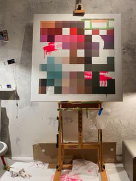 Eine angefangene Leinwand an einer Wand. Darauf ist zum Teil eine verpixelte Mickey Mouse und zum Anderen eine Schädel zu sehen. Im Hintergrund sind neon gelbe Striche zu sehen. Ein Paar Graffiti-Buchstaben und -Elemente zu sehen. Moderne Kunst.Urban Art.