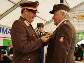 LFR Fahrafellner übereichte das Verdienstzeichen an Leo Birawe.