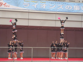 日本大学応援リーダー部による演技