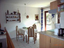Der Wohnraum mit Küche in Knauers Ferienwohnung Nr. 2