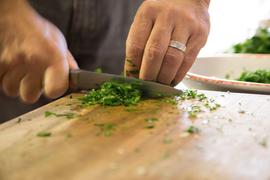 Männerhände Messer Holzbrett Kräuter Ergotherapie Doris Lettner 4341 Arbing