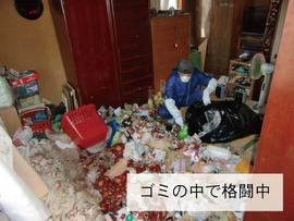 ゴミ屋敷清掃中の写真