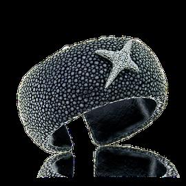 Armreif aus Rochenleder mit einem Stern aus Weissgold und schwarzen Diamanten aus der Milchstrasse Kollektion der Goldschmiede OBSESSION.